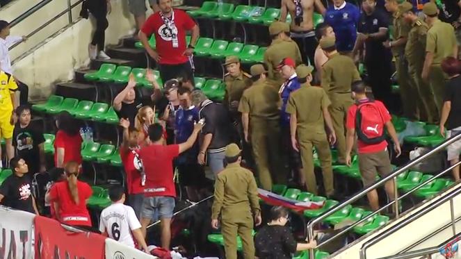ทีมชาติไทยเสี่ยงโดนฟีฟ่าฟันโทษด้วย เซ่นปมกองเชียร์ก่อเรื่องวุ่น !