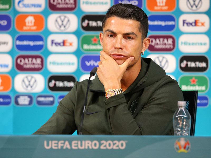 ยูโร 2020 : คริสเตียโน่ โรนัลโด้ ไม่ปลื้มน้ำอัดลมอยู่บนโต๊ะแถลงข่าวได้ไง